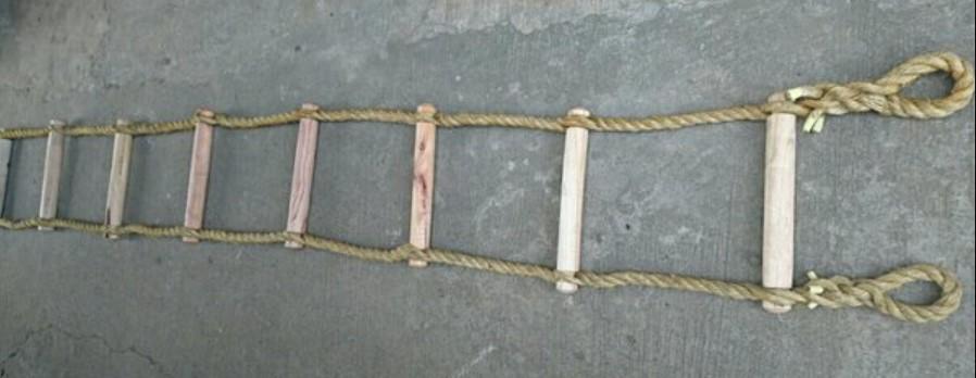 Aplikasi tali manila pada tangga kayu atau tangga monyet